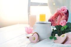 Hjärtakakor med koppen kaffe på träbakgrund med plädet, kopieringsutrymme royaltyfria foton
