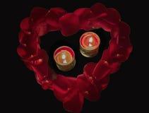 Hjärtakontur från kronblad av rosor med stearinljus Fotografering för Bildbyråer