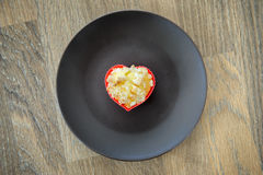 Hjärtamuffin på den bruna plattan Symbol för förälskelse för älskvärd morgonfrukost romantiskt Royaltyfri Foto