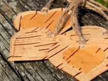 Hjärtan av björkskället på en träbakgrund Manuellt arbete i design arkivbild