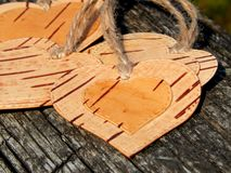 Hjärtan av björkskället på en träbakgrund Manuellt arbete i design royaltyfri fotografi