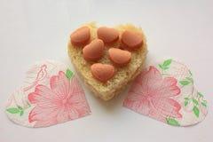 Hjärtan av bröd och två servetter Fotografering för Bildbyråer
