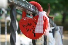 Hjärtan av ett lås på staketet arkivbilder
