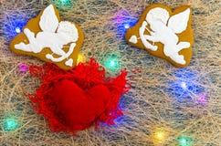 Hjärtan fylls med förälskelse Änglar av kupidon Mångfärgad girland Lekmanna- lägenhet Arkivfoto