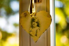 Hjärtan på fönstret Arkivfoto