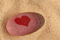 Hjärtapebble på stranden. Royaltyfri Fotografi