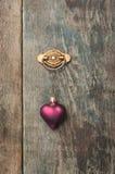 Hjärtaprydnad som hänger på ett ladugårdbräde Fotografering för Bildbyråer