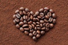 HjärtaShape som skapas från nya kaffebönor - linnebakgrund Arkivfoto