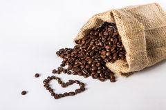 HjärtaShape som skapas från nya kaffebönor - linnebakgrund Royaltyfria Foton