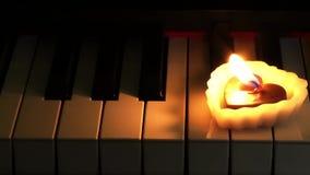 HjärtaShape stearinljus på piano arkivfilmer