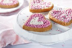 Hjärtaskorpa med rosa och vita anisbollar arkivfoto
