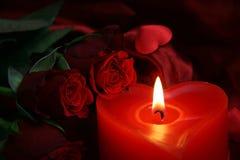 Hjärtastearinljus med den röda rosen Royaltyfri Fotografi