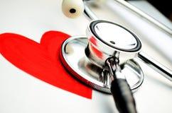 Hjärtasymbol och stetoskop Royaltyfria Bilder