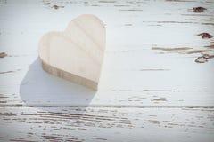 Hjärtaträask på vitt trä arkivbild