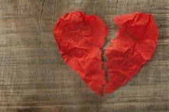 Hjärtesorgen gjort ââof krullat rött skyler över brister Arkivbild