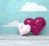 Hjärtor för dag två för valentin` s skinande på målad himmelbakgrund Arkivfoton
