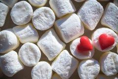 Hjärtor figurerar gjort från shugar laing på marshmallower Arkivfoton