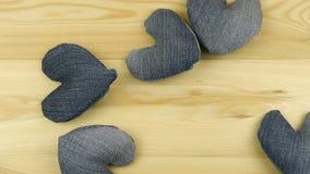 Hjärtor från grov bomullstvill och hjärta från rött tyg