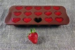 Hjärtor göra gelé av jordgubbar och mogna jordgubbar på linne fotografering för bildbyråer