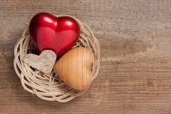Hjärtor i en korg Fotografering för Bildbyråer