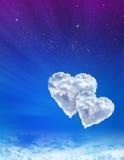 Hjärtor i moln mot en blåttspacÑsky royaltyfri fotografi