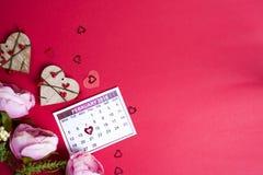 Hjärtor och blommor på röd bakgrund Arkivfoton