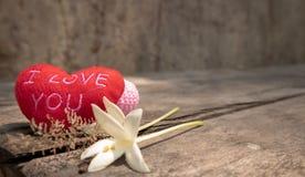 Hjärtor och blommor på trätabellen royaltyfri fotografi