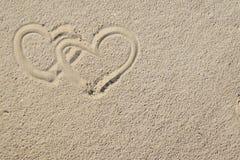Hjärtor och sand royaltyfria foton