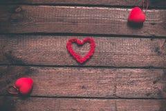 Hjärtor på en trägammal bakgrund Begreppet för dag för St-valentin` s Arkivfoto