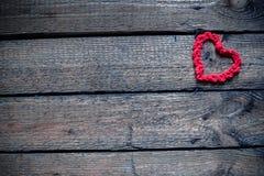 Hjärtor på en trägammal bakgrund Begreppet för dag för St-valentin` s Arkivbild