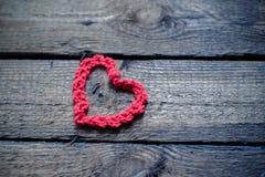 Hjärtor på en trägammal bakgrund Begreppet för dag för St-valentin` s Royaltyfri Fotografi