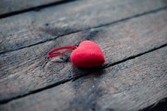 Hjärtor på en trägammal bakgrund Begreppet för dag för St-valentin` s Royaltyfria Foton