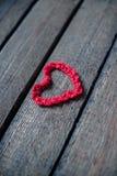 Hjärtor på en trägammal bakgrund Begreppet för dag för St-valentin` s Arkivbilder