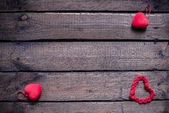 Hjärtor på en trägammal bakgrund Begreppet för dag för St-valentin` s Arkivfoton