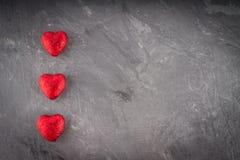 Hjärtor på grå bakgrund Arkivfoto