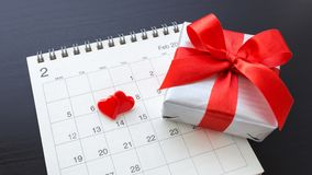 Hjärtor på kalendern Februari 14 med gåvaasken arkivbilder