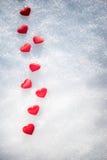 Hjärtor på snow arkivfoton