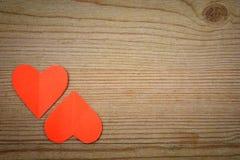 Hjärtor på trätextur Hjärta för två rosa färg Fotografering för Bildbyråer