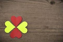 Hjärtor på trätextur Hjärta för två rosa färg Arkivbild