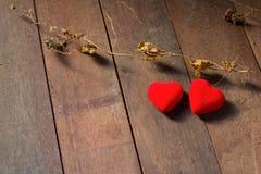 Hjärtor på wood bakgrund Royaltyfria Foton