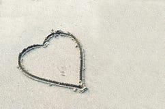 Hjärtor som dras på sanden arkivbild