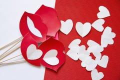 Hjärtor som göras av papper för valentin dag Arkivfoton