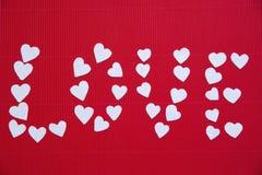 Hjärtor som göras av papper för valentin dag Arkivbilder