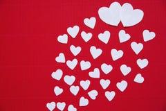 Hjärtor som göras av papper för valentindag Arkivfoton