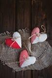 Hjärtor som göras av torkduken Arkivbild
