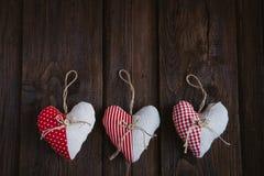 Hjärtor som göras av torkduken Arkivfoton