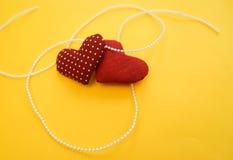 Hjärtor som göras med händer Arkivbilder