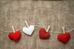 Hjärtor som göras med händer Arkivfoto