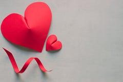 hjärtor två paper red Begrepp - förälskelse Arkivfoto
