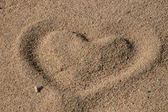 Hj?rtaform i sanden arkivfoton
